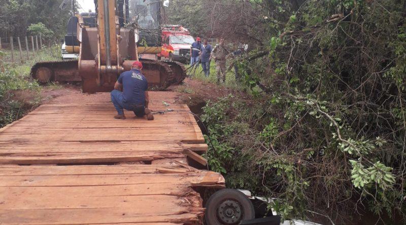 Caminhão de tanque de leite cai na ponte do Ribeirão Monte Alegre deixando uma vítima fatal